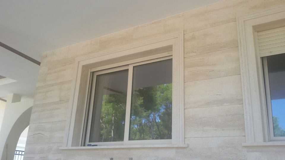 Stipiti e rivestimento in travertino bocciardato2